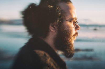Hør Stig Fostervold lage musikk med brødkniv og batterier