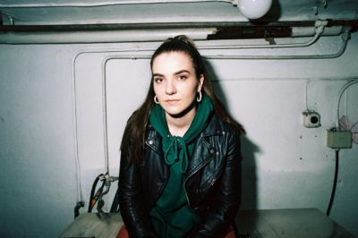 """""""Slow"""": Imponerende debut fra 21-årige Tilla"""