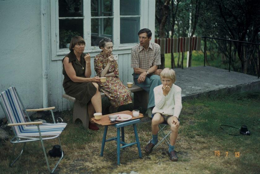 Familien Nakken i Hammerfest tar en kaffepause i sommervarmen. Foto: Arne Jacobsen / Finnmark Fylkesbibliotek