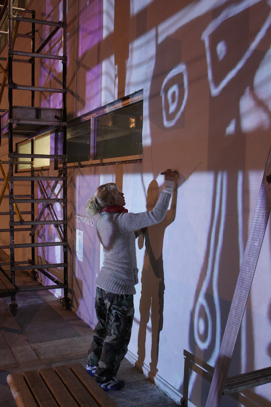 Maria Sundby overfører skissen til kunstverket Aldebaran som dekker 210 kvm på Fantoft stasjon