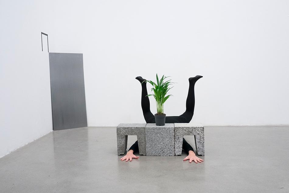 "Franzisca Siegrist har skapt performance-forestillingen ""Sculptural abstractions"" for utstillingen Industri i Trafo kunsthall."